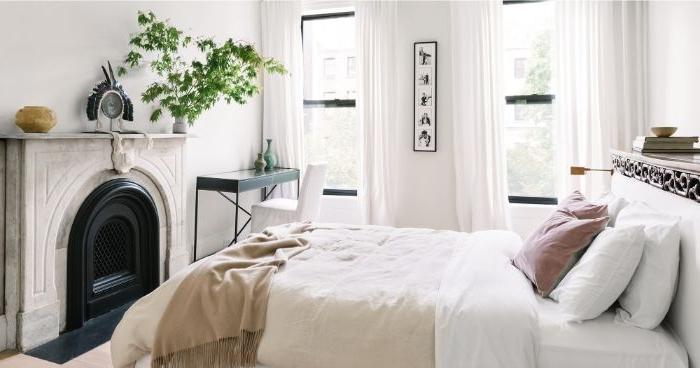 deko ideen schlafzimmer, weiß und beige, kamin im raum, schlne zimmerideen in hellen farben