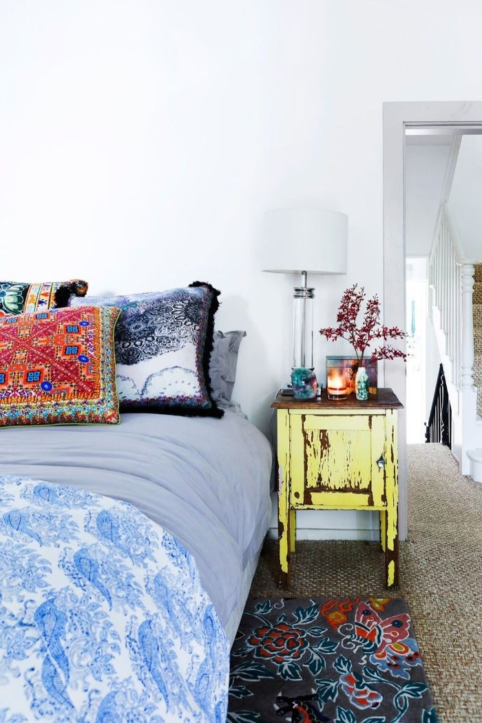 deko ideen schlafzimmer, vintage schrank, blaues bett, bettdecke, bunte kissen, blumen deko