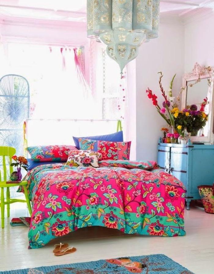 deko ideen schlafzimmer, buntes zimmerdesign, bettdecke, zimmerpflanzen deko blumenstrauß