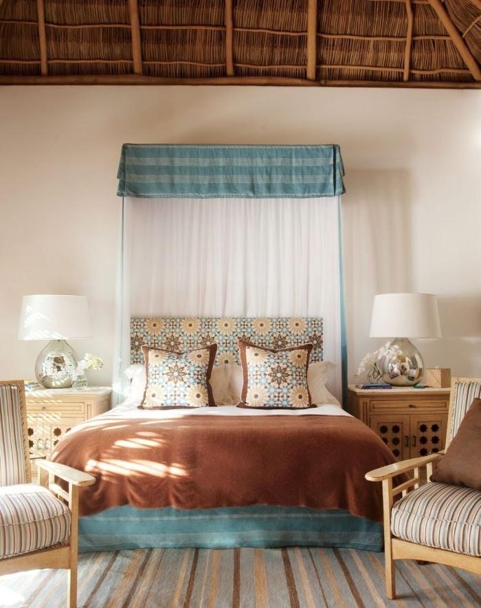 deko ideen schlafzimmer, zimmer in neutralen farben gestalten, beige und blau, kleine deko elemente an den kissen