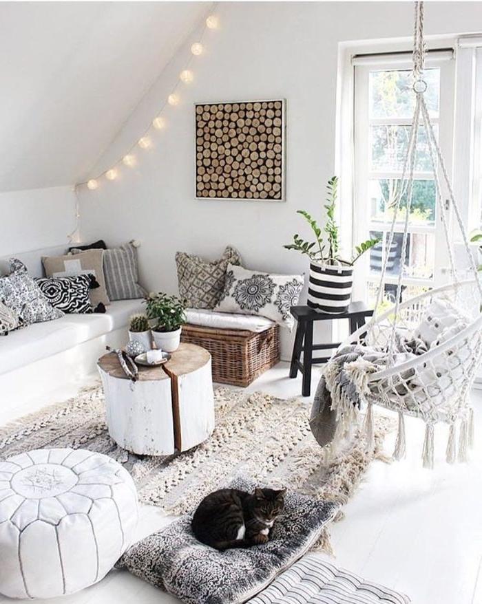 deko ideen schlafzimmer, weißes zimmer eine katze liegt auf dem boden, weißer hängesessel
