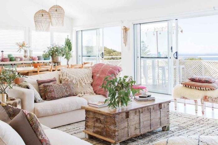 schlafzimmer modern, schrank im vintage stil, großes sofa mit kissen, deko pflanzen, großes zimmer