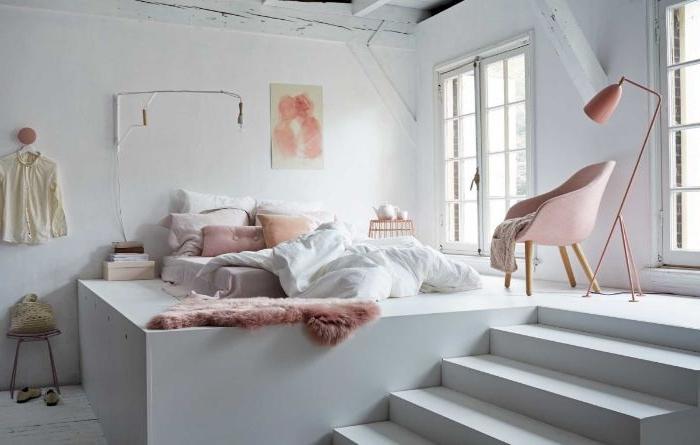 ankleidezimmer idea, kreative hausgestaltung auf mehr ebenen, treppe zum schlafbereich, weiß und rosa zimmer