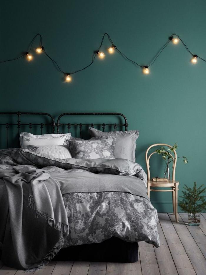 ankleidezimmer idea, eine petrol farbe wand mit kleinen leuchten als dekoration, doppelbett, deko
