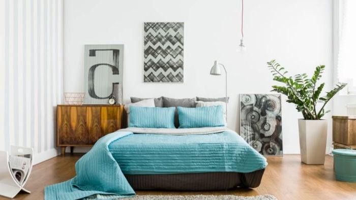 deko ideen schlafzimmer, blaues bett, wanddeko bilder, zimmerpflanze, bild ideen, schrank