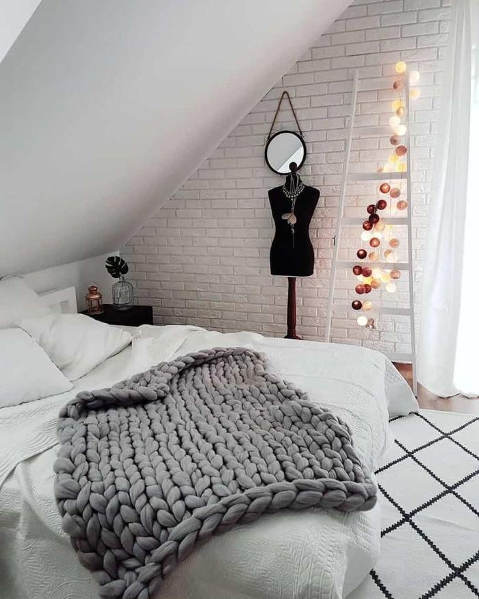 deko ideen schlafzimmer, selbst gestrickte bettdecke, decke grau handgestricken, ständer, mannequin, treppe mit lichter deko