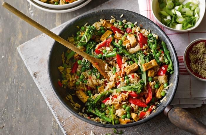 schnelle gerichte mit reis, rezepte ohne fleisch, brokkoli, roter paprika, veggie bowl
