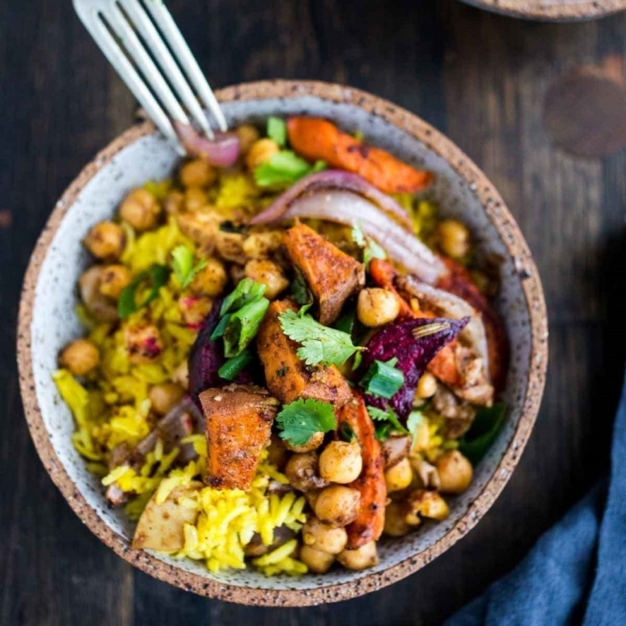 schnelle gerichte mit reis, mittagessen vegetarisch, reis mit kichererbsen und tofu