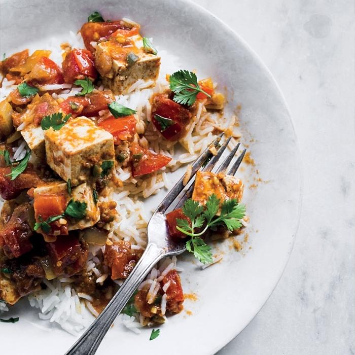 schnelle gerichte mit ries, mittagessen ideen, tofu mit tomaten und kräutern, einfaches rezept