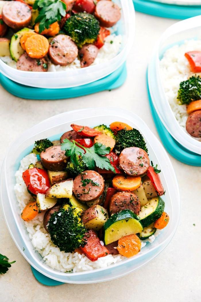rezepte mittagessen, essen kochen und in boxen zur arbeit mitnehmen oder für unterwegs, reis mit gemüse und würstel
