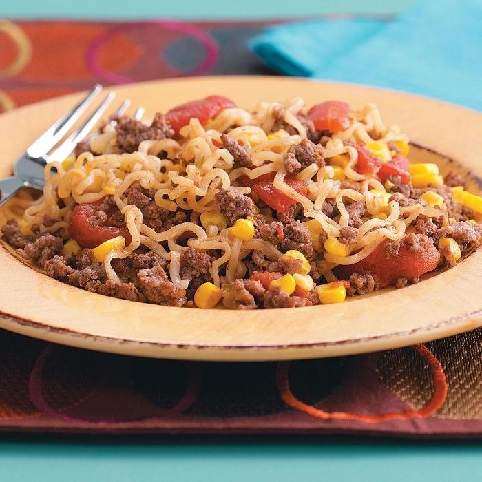 rezepte mittagessen, schnelles gericht spaghetti mit hackfleisch, bohnen, mais