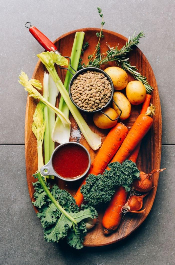 was soll ich kochen, schnell rohe rezepte, frisches gemüse zum naschen in einem tablett servieren