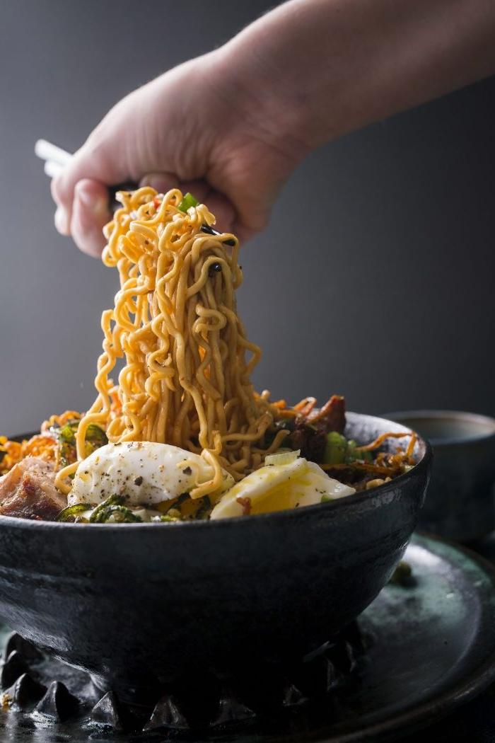 was soll ich kochen, spaghetti kochen und genießen, heiße speise mit mozzarella und gewürzen