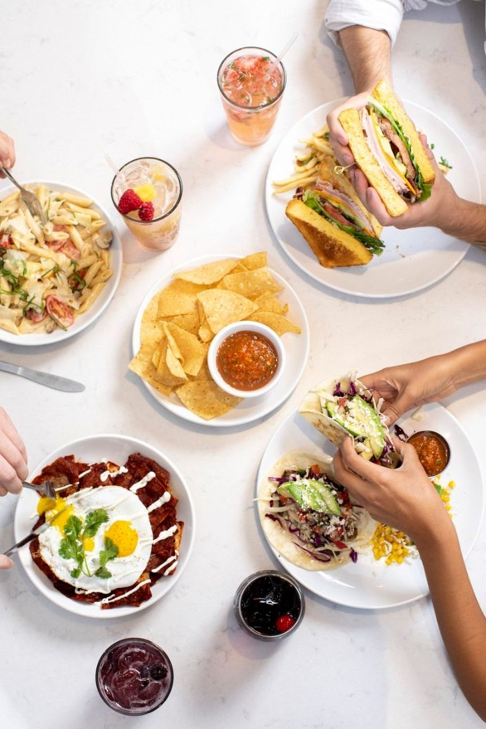 abendessen ideen warm, tortilla chips mit dip und sandwiches oder tortillas, wraps, spiegelei, ideen für schnelle speisen