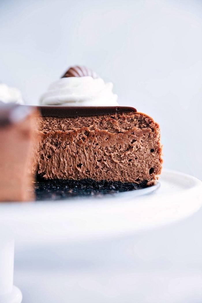 schnelle kuchen für kindergeburtstag, schokoladenkuchen garniert mit ganache und vanillesahne