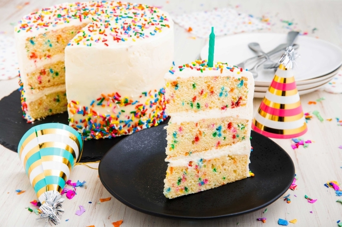 shcnelle kuchen für kindergeburtstag, torte mit vanille dekoriert mit bunten streuseln, party ideen