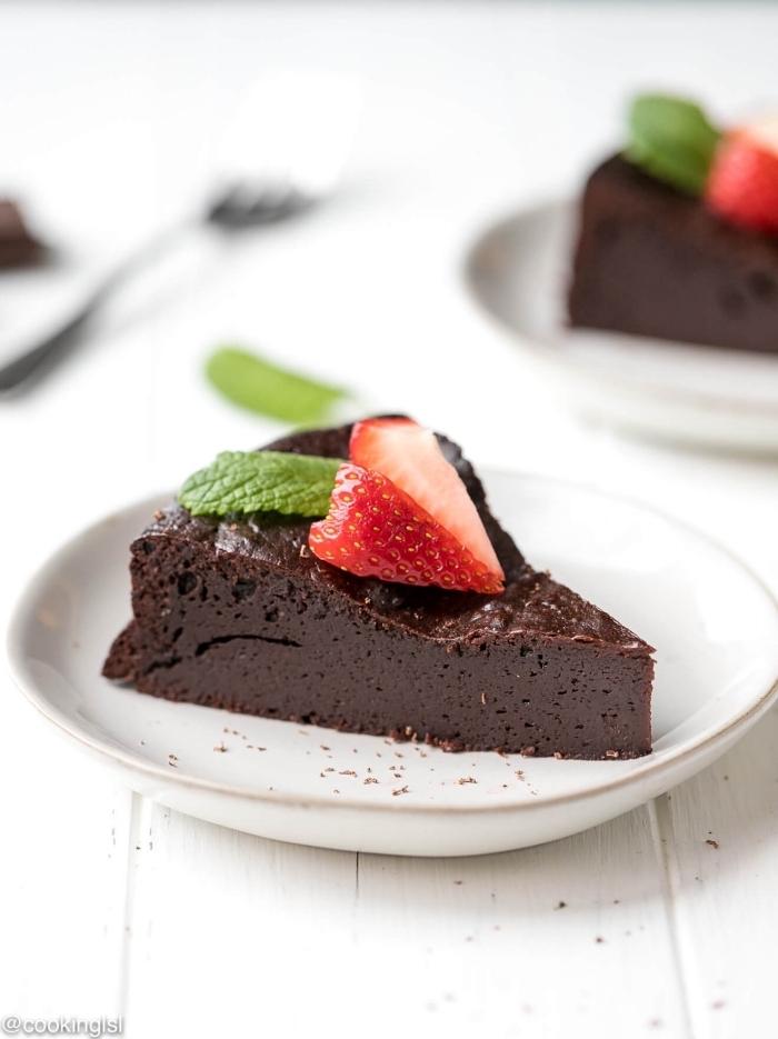 schnelle kuchen ohne backen, nachtisch mit schokolade, schokoladenkuchen mit erdbeeren