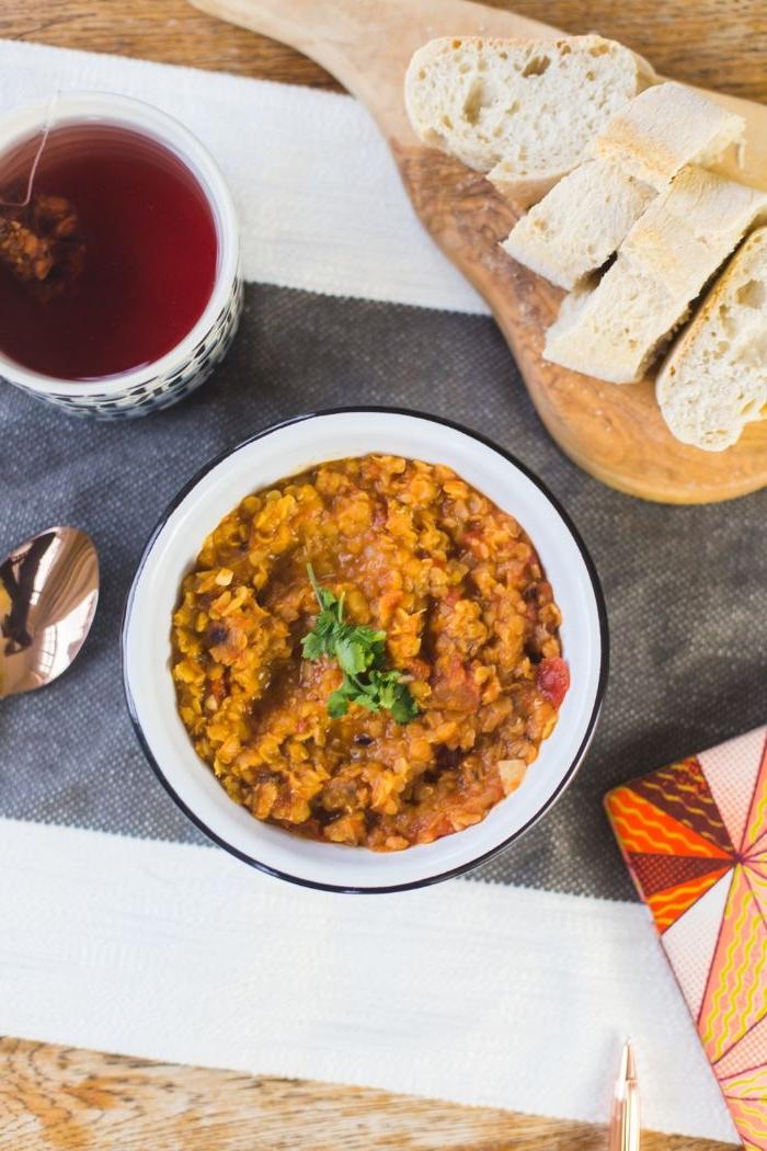 abendessen ideen warm, orientalisches essen, speisen ideen mit linsen und frischen gewürzen, brot, tee