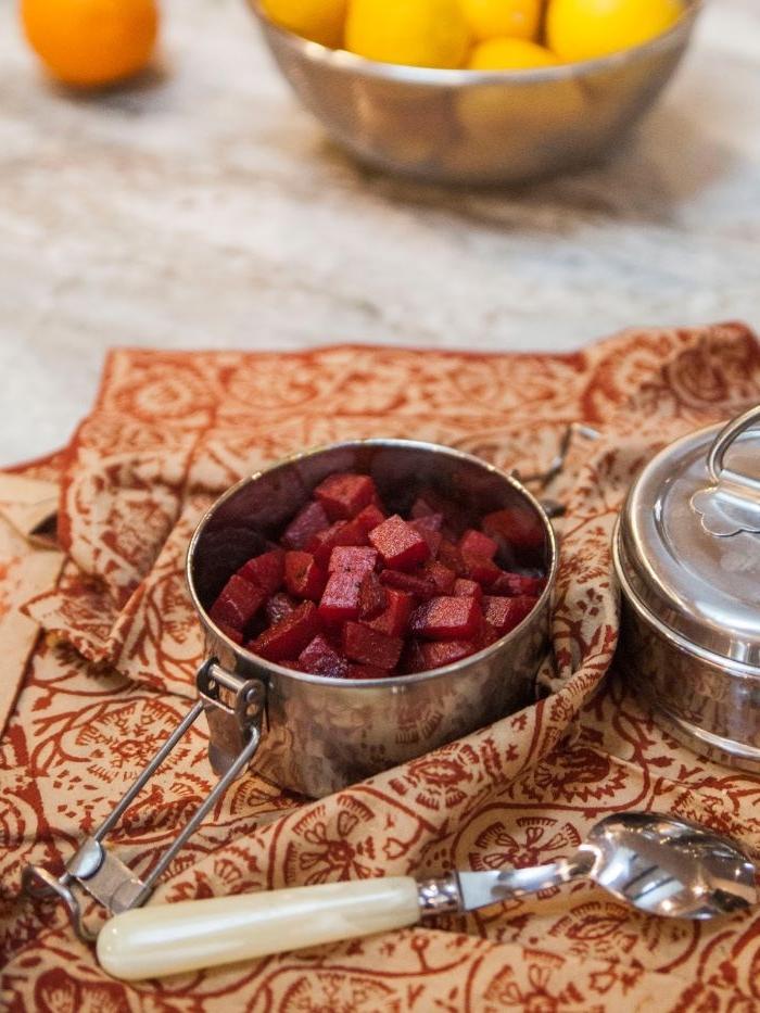 abendessen ideen warm, rote rübe in kleinen würfeln geschnitten und serviert