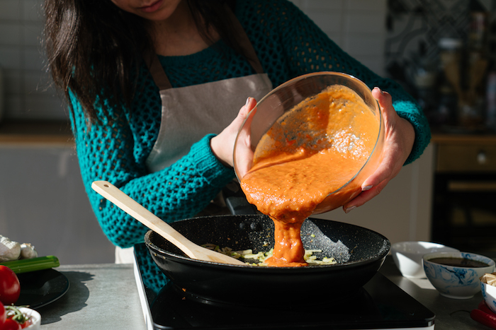Passierte Tomaten und Sellerie mischen, leckere Tomatensuppe selber machen