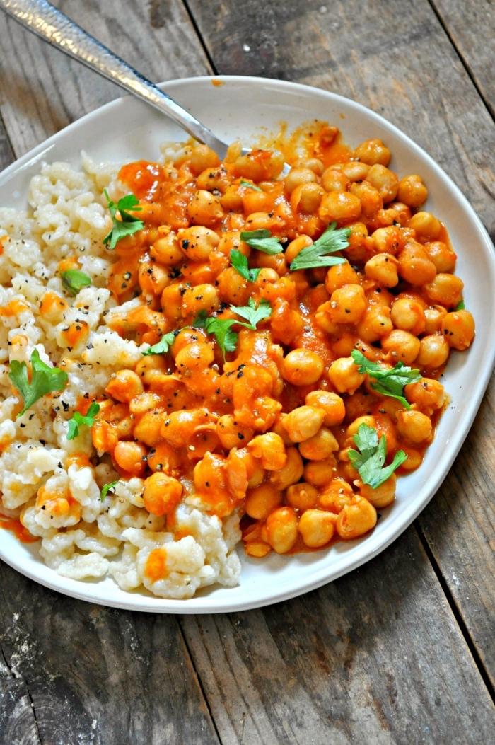 schnelle vegetarische gerichte für jeden tag, reis mit kichererbsen und soße mit tomaten