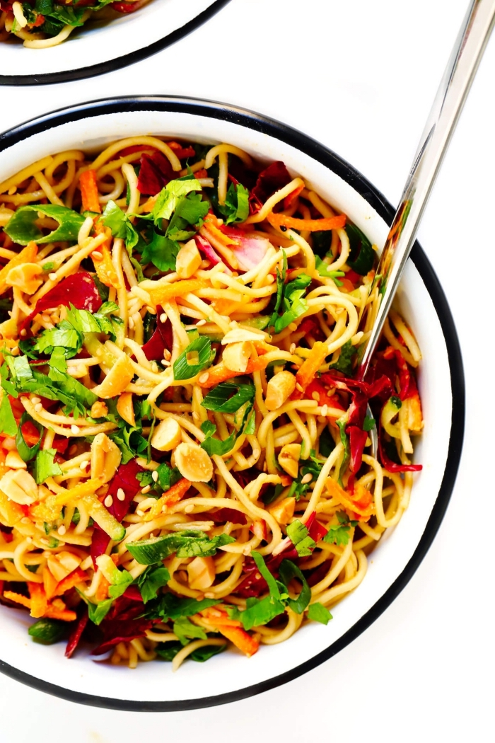 schnelle vegetarische gerichte, pasta mit gemüse, spagetti mit karotten, paprikas und kräutern