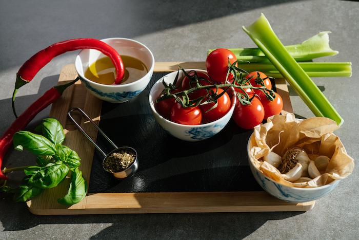 Zutaten für schnelle Tomatensuppe, Cherry Tomaten, Sellerie und Knoblauch