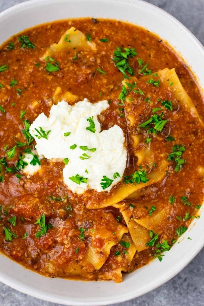 schnelle vegegetarische rezepte für jeden tag, lasagne suppe mit tomatnesoße und basillikum