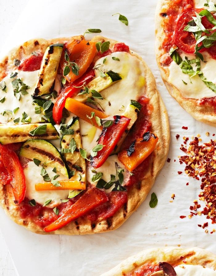 mini pizzas mit paprika, zucchini und frishckäse, schnelle vegetarische rezepte für jeden tag
