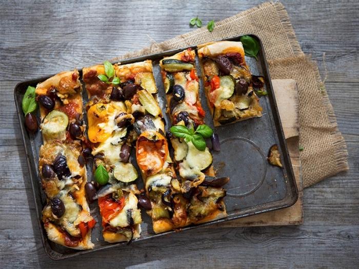 pizza mit gempse, gemüsepizza mit pilzen, bohnen und gurken, schnelle vegetarische rezepte fpr jedne tag