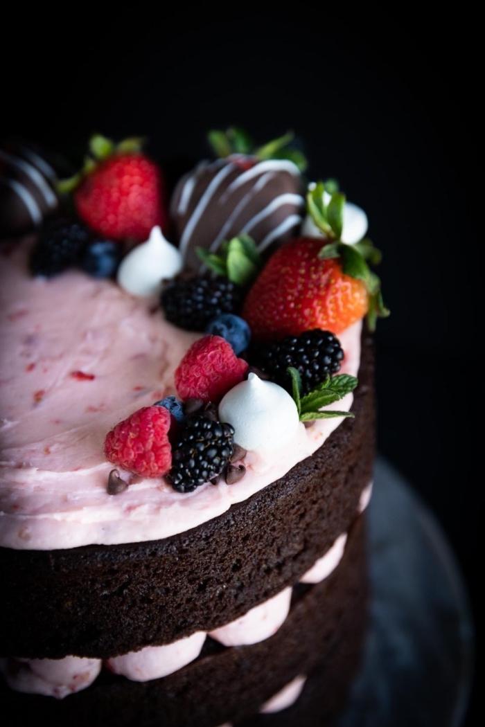 kuchen mit schokolade, sahne mit erdbeeren und brombeeren, schoko beeren torte, geburtstag