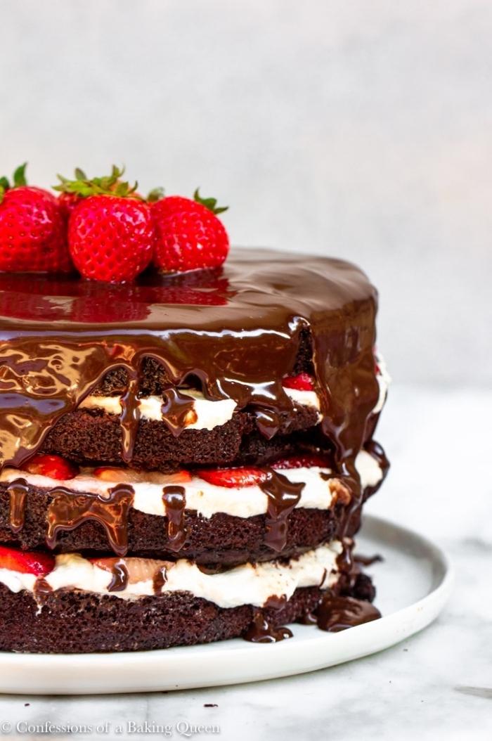 schoko frucht torte mit schokoladenboden, sahne und erdbeeren dekoriert mit schokoaldenganache
