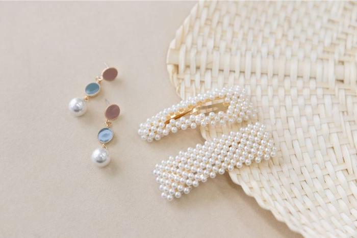 20er kleid vintage accessoires, haarschmuck mit perlen, perlenohrringe, deko