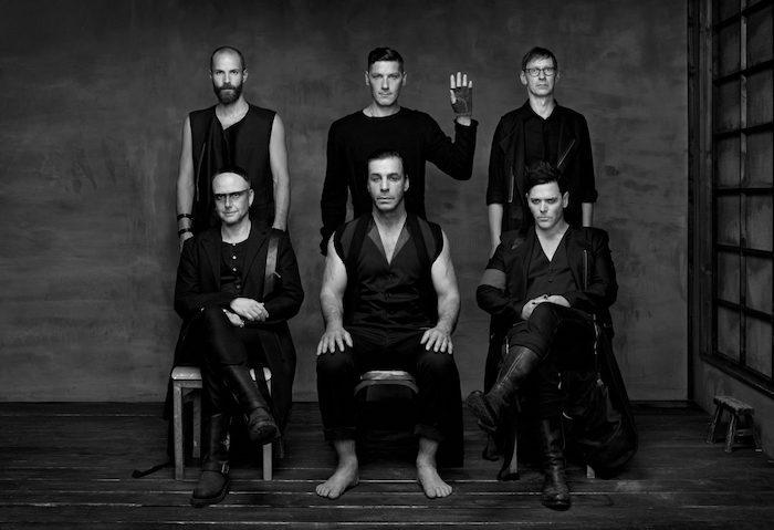 die band rammstein mit dem sänger till lindemann, ein schwarzweißes bild mit sechs männer
