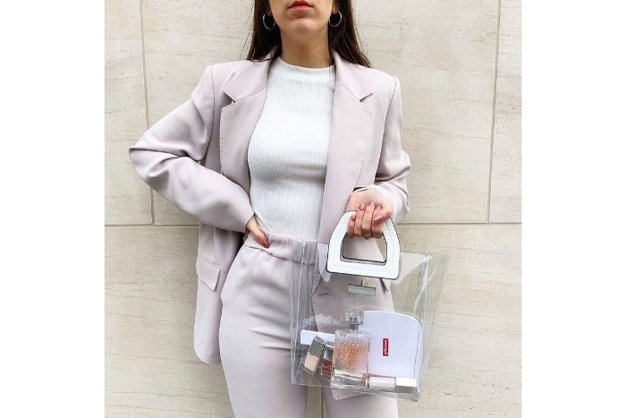 skandinavische mode marken, weißes outfit ideen für frauen, eine transparente tasche