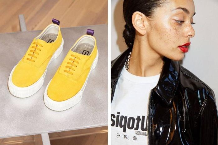 skandinavische mode marken, gelbe schuhe, schwarze jacke aus lack, weißes tshirt, roter lippenstift