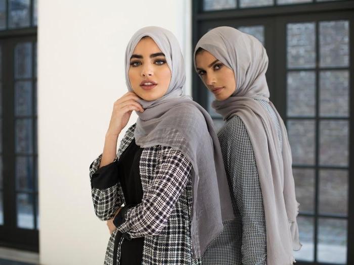 skandinavische mode marken, zwei schöne frauen mit kopftüchern, karierte outfits, trend ideen mit kopftuch