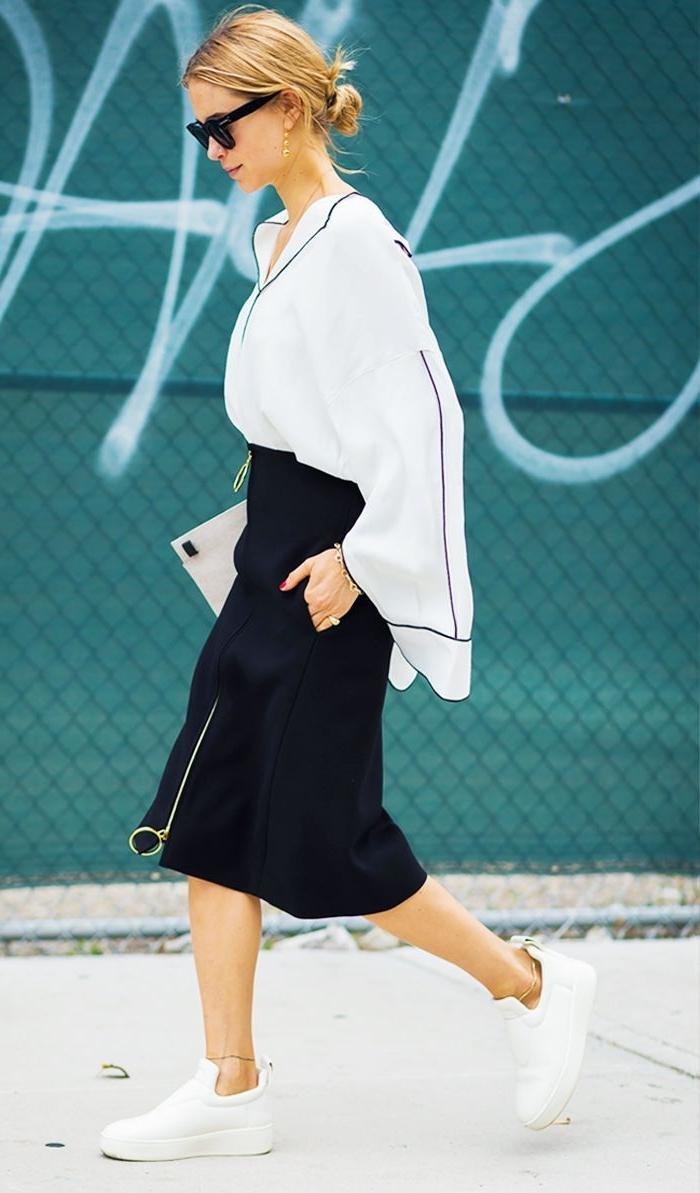 kataloge damenmode, weiße bluse, schwarzer rock, weiße sneakers, brille schwarz