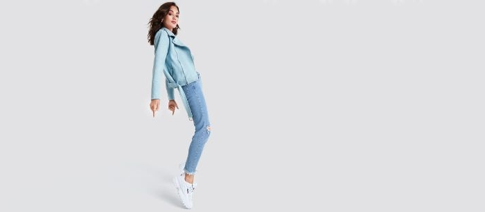 kataloge damenmode, eine frau mit blauem outfit ideen, jeans mit blauer lederjacke, weiße sneakers