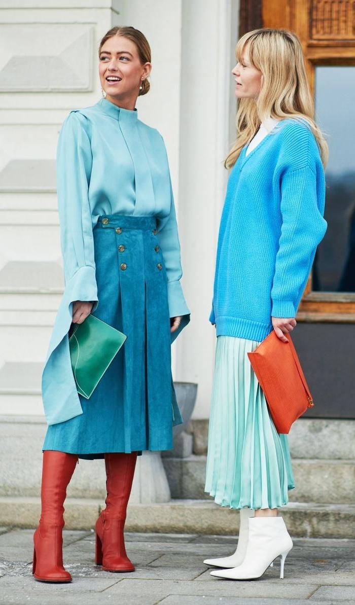 kataloge damenmode, blaue outfits für zwei frauen mit roten accessoires schuhe und tasche und bunte details am look, minimalistisch und kreativ kleiden