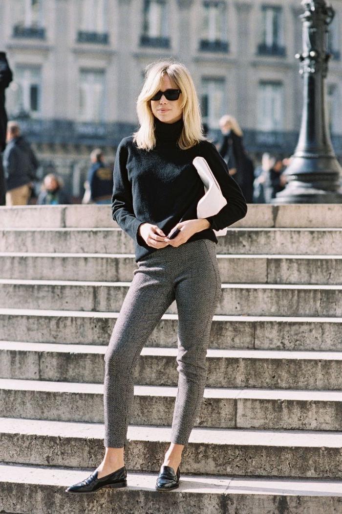 schwedischer onlineshop mode, graue hose, schwarze bluse brille, blonde frau, brille
