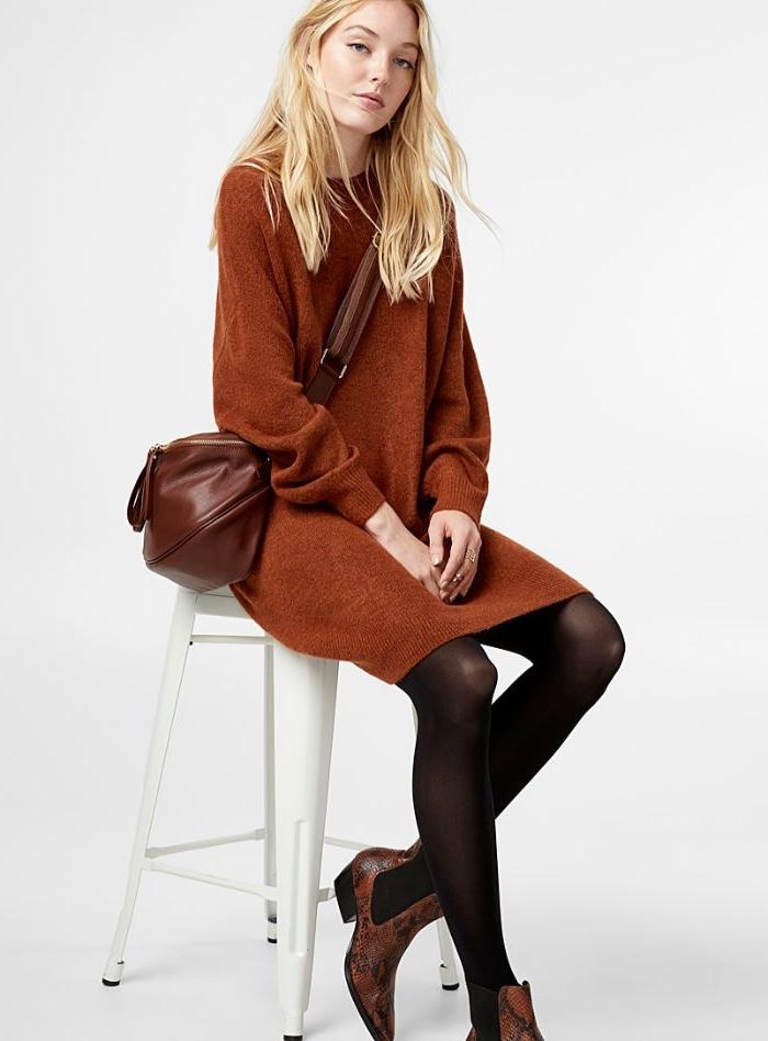 schwedischer onlineshop mode, braunes kleid, braune ledertasche, blonde frau, schwarze strumpfhose