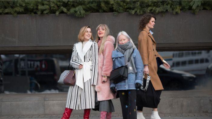 schwedischer onlineshop mode, vier freundinnen mit flauschigen mänteln, rosa blau, beige, schwarz weiß
