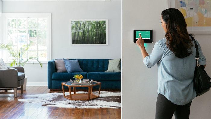 Nur ein Klick ist genug, um alle Geräte zuhause zu steuern, gemütliches Wohnzimmer mit Holzboden und weißen Wänden
