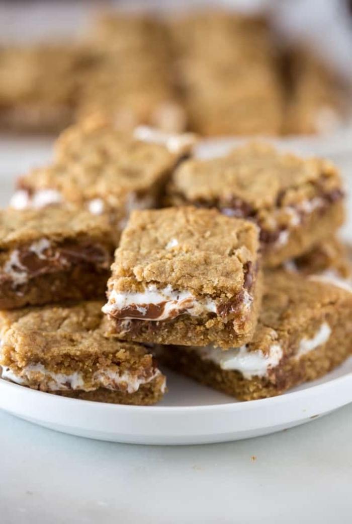 nachtisch häppchen mit erdnüssbutter, marshmallows und schokolade, snacks fingerfoos kalt, smore coockie bars rezept