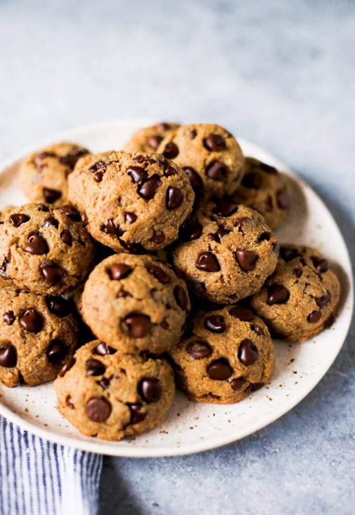 snacks für party, gesunde kekse mit schokoladenchips, schokokeksen, kindergeburtstag ideen