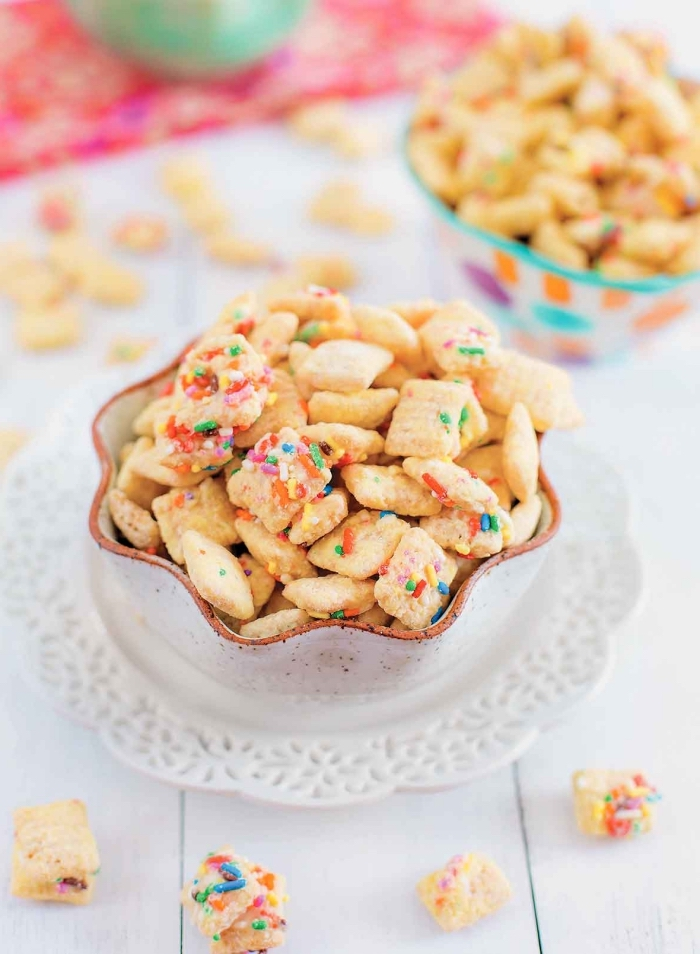 snacks für party, kleine crackers dekoriert mit bunten zuckerperlen, kindergeburtstag essen