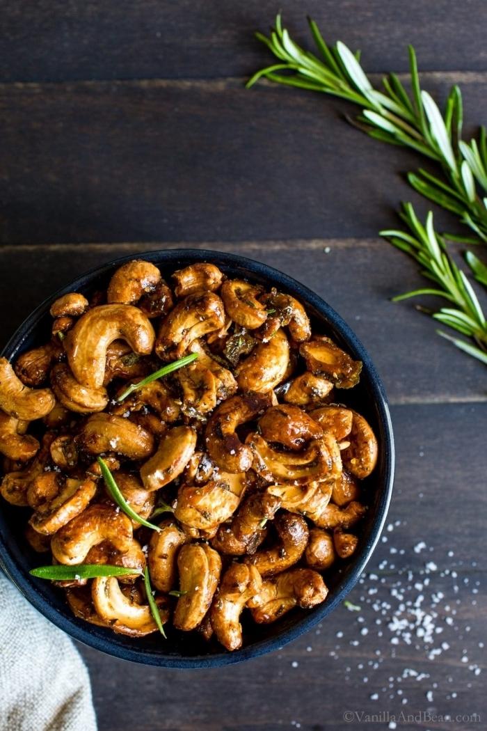snacks für party zubereiten, cashewnüsse mit gewürz, einfaches und schnelles partyessen