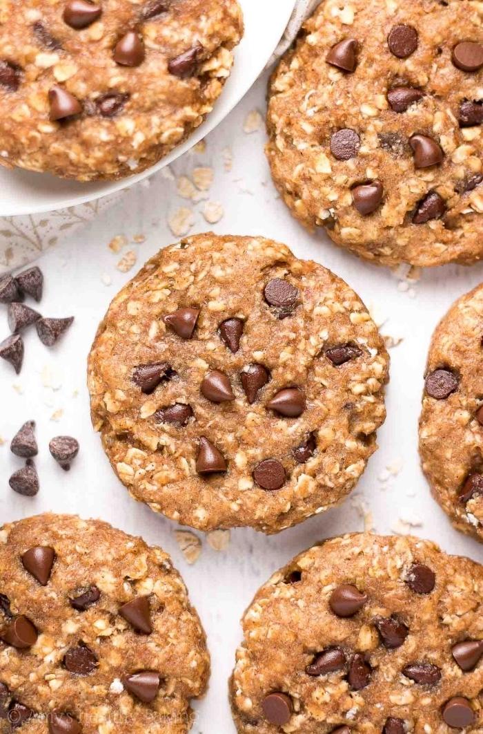 snacks für party, schnelles partyessen, kekse mit schokoaldenchips, erdnussbutter und haferflocken