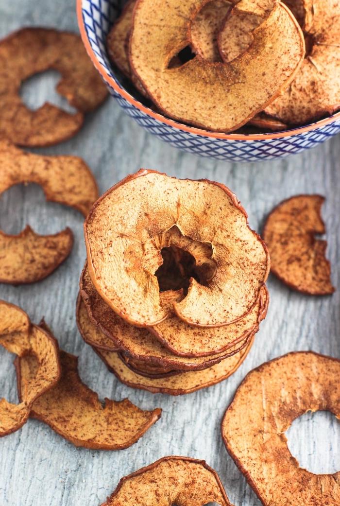 gesunde snacks für unterwegs, apfelringe mit zimt und zucker, einfache zubereitunsweise